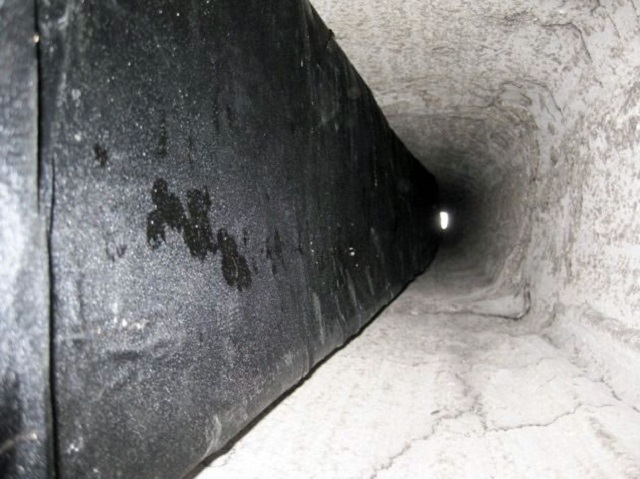 Рукав, проложенный в дымоходном канале перед его нагревом.