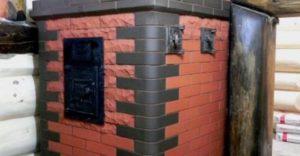 Печь, облицованная кирпичом — в стенках кладки предусмотрены дверцы для доступа в помещение горячего воздуха.