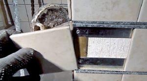 Облицовка печи каркасным способом — монтаж керамической плитки в металлические рамки, закрепленные на поверхности.