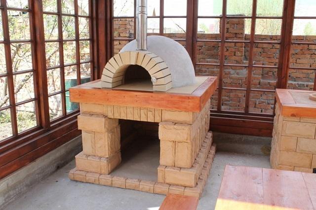 Помпейская печь, выстроенная на капитальном кирпичном основании.