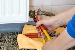 Подключение штуцера со шлангом для промывки системы отопления.