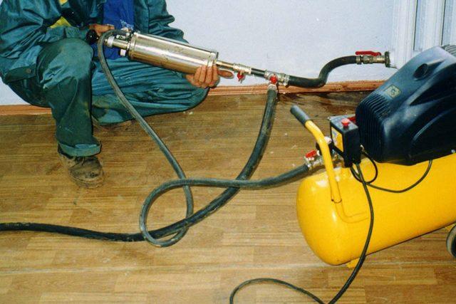 Гидропневмоимпульсная промывка радиатора с помощью специального пистолета