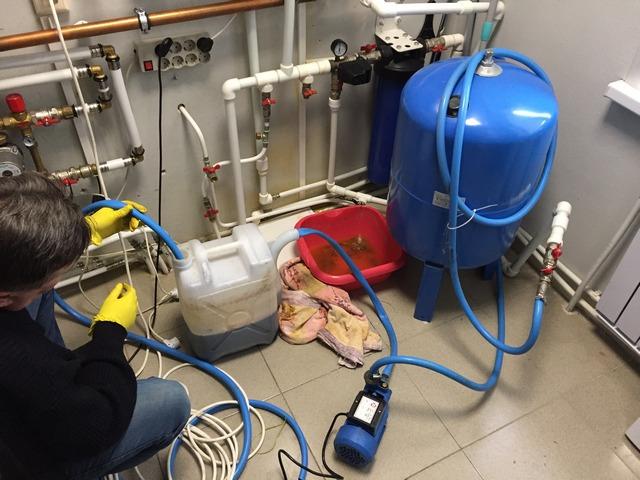 Локальная химическая промывка участка отопительной системы с помощью комплекта специального оборудования.