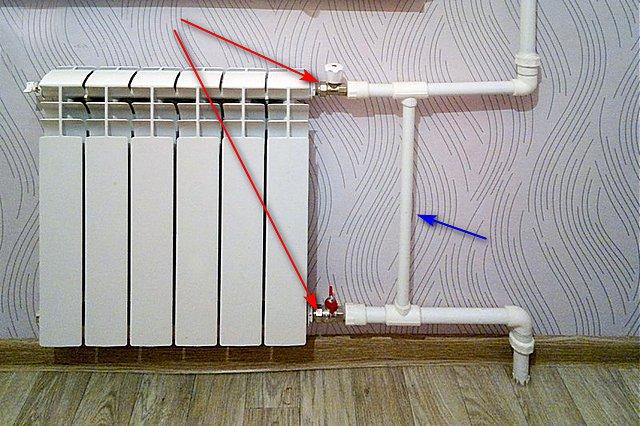 Чтобы снять радиатор необходимо иметь на нем отсечные краны с накидными гайками, а для однотрубной системы обязательным условиям является наличие байпаса.