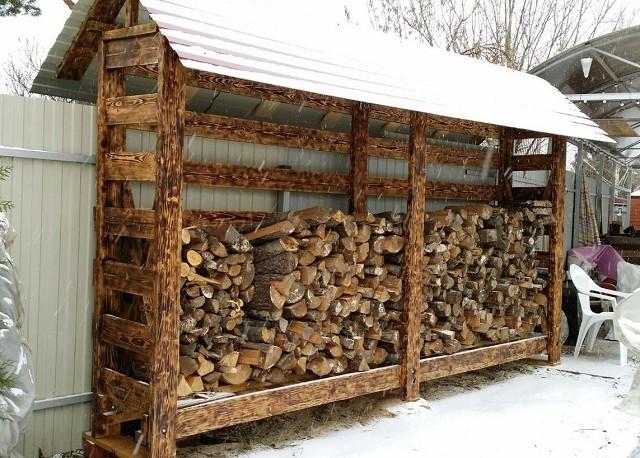 Деревянная дровница –оптимальное решение для хранения топлива во дворе.