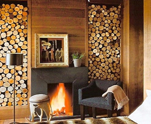Встроенные в стену дровницы с обеих сторон камина – большой запас хорошо просушенных дров всегда под рукой.