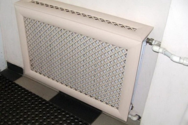 Навесной экран-решетка является отличным решением, так как оставляет открытой пространство под батареей и ее боковые стороны. Нагретый воздух имеет возможность циркуляции. Нет особых препятствий и для прямого теплового излучения через фасадную панель.