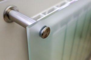 Крепление плоского стеклянного экрана на стене.