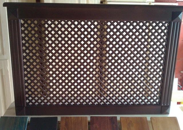 Одним из распространенных дизайнерских решений деревянной декоративной решетки является диагональное расположение рисунка.