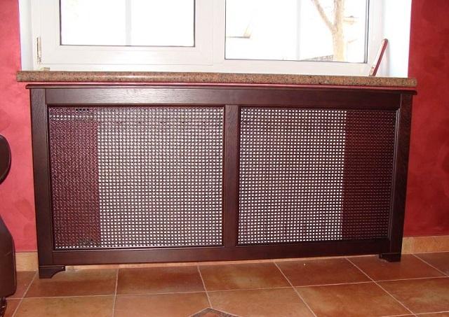 Комбинированные экраны-решетки, изготовленные из древесины и ротанга.