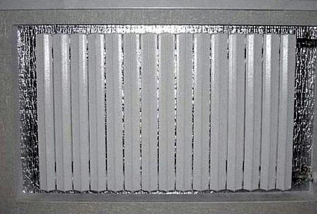 Простейшее приспособление – отражающий экран из тонкого фольгированного утеплителя способно значительно повысить эффективность теплоотдачи радиаторов