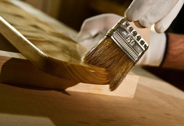 Важно обрабатывать древесину правильно, чтобы не возникло грибка, а также чтобы минимизировать риск распространения огня в случае пожара