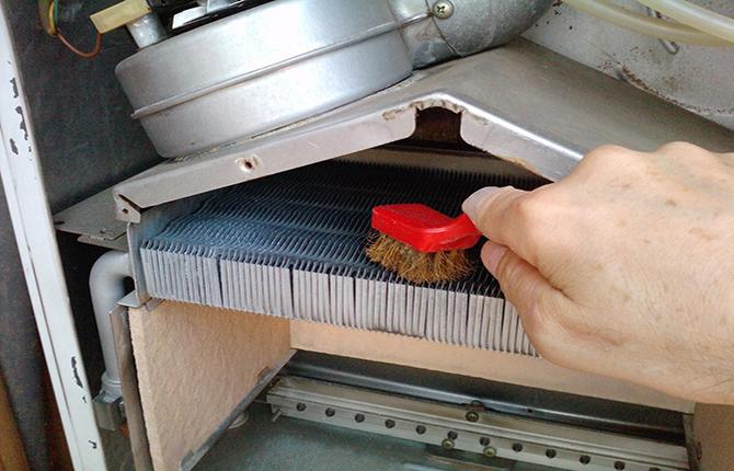 Чистка сажи газовой колонки щеткой